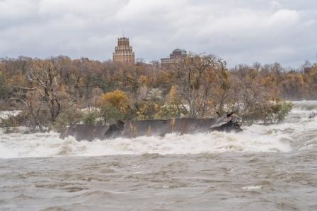Iron Scow in Niagara River Shifts Closer to Falls